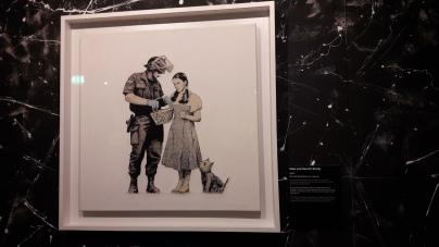 Stop and Search Study, Banksy (2007) Dorothée du Magicien d'Oz se fait fouiller par un CRS