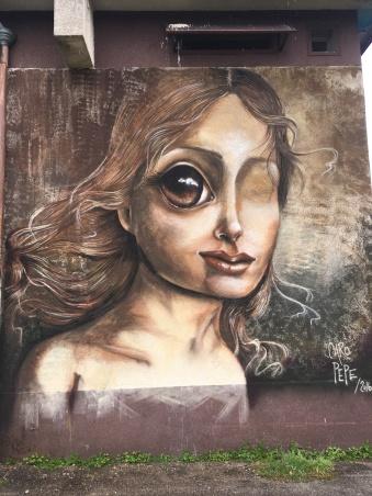 Caro Pepe aime représenter des visages à l'oeil unique et énorme. La façon dont elle s'est perçue pendant longtemps.