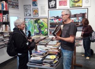 Martha Cooper et Christian Omodeo (fondateur de l'agence parisienne Le grand jeu spécialisée dans l'art urbain), deux passionnés de livres en grande discussion ©Davide Gavioli
